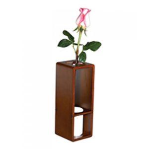 Florero de madera con vaso de cerámica